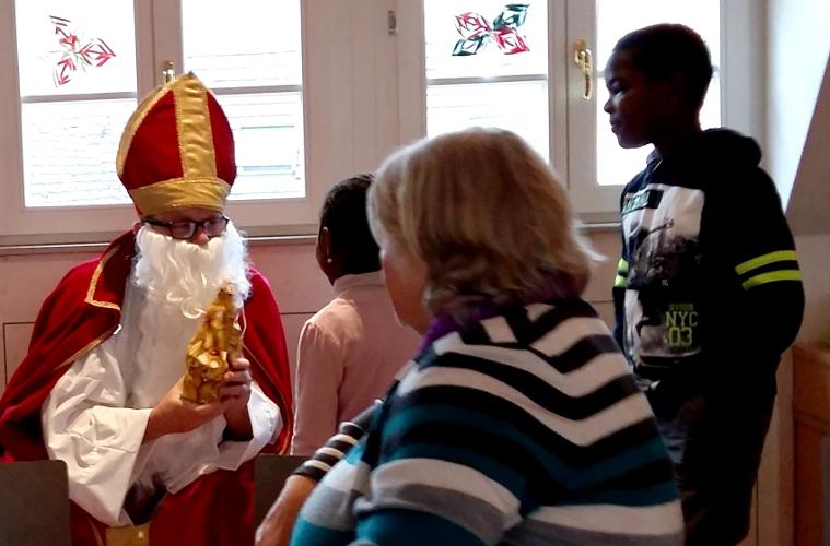 Der Nikolaus verteilt seine Gaben